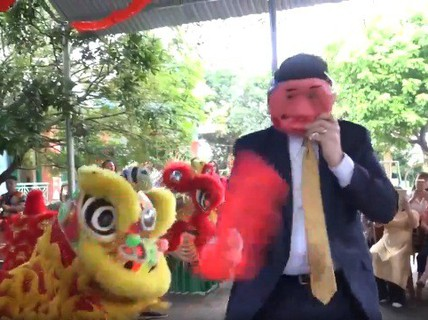 Đại sứ Mỹ đóng vai ông Địa vui với trẻ em dịp Trung thu