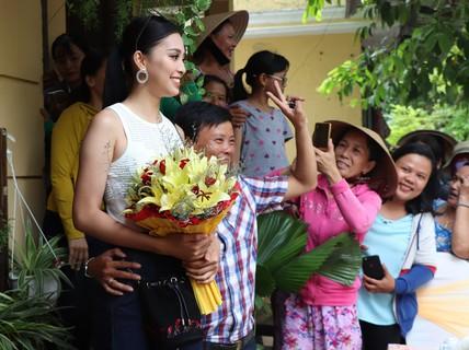 Hàng trăm người dân Hội An chào đón hoa hậu Trần Tiểu Vy
