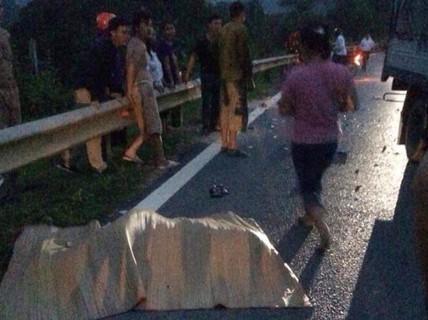 Xe máy đấu đầu xe tải, 2 anh em tử vong trên đường về quê