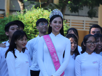 Hoa hậu Trần Tiểu Vy dự buổi chào cờ ở trường cũ