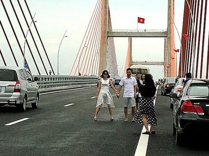 Thót tim cảnh tạo dáng chụp ảnh trên cao tốc Hạ Long-Hải Phòng