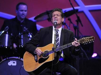 Vợ cố nghệ sĩ Glenn Frey kiện bệnh viện điều trị cho chồng