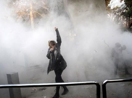 """Người biểu tình Iran bất chấp """"quả đấm sắt"""""""