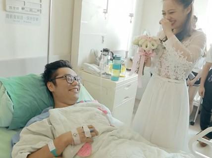 Cô gái cầu hôn bạn trai cụt 2 chân bên giường bệnh