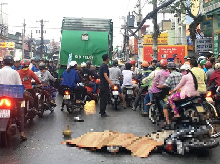 Vừa đổ xăng xong, nam thanh niên bị xe rác tông chết
