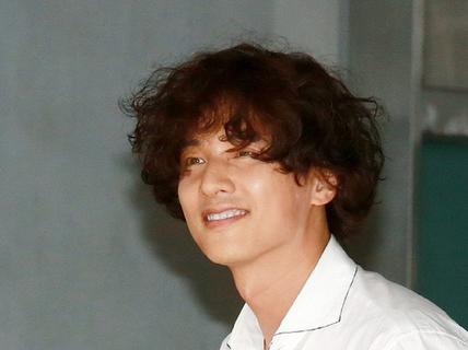 Trend tóc xù mì bà thím của các tài tử Hàn sau khi lấy vợ