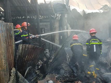 Cháy tàu dưới sông, nhiều nhà dân bị vạ lây