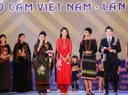 2 hoa hậu Ngọc Hân và H'Hen Niê tỏa sáng với trang phục thổ cẩm
