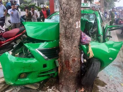 Taxi găm đầu vào gốc cây, 2 người chấn thương