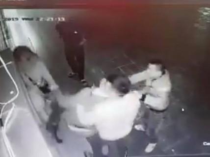 Phẫn nộ cảnh cô gái trẻ bị 4 nam thanh niên trêu ghẹo, hành hung tới tấp