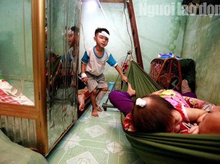 Vợ chồng chết dưới bánh container, 3 trẻ chơi vơi trong đêm đầu thiếu hơi cha mẹ