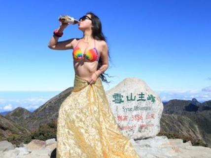"""Rơi xuống vực, """"người đẹp mặc bikini leo núi"""" chết cóng"""