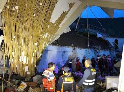 Đang ăn đám cưới, 15 người bị tường sập đè chết