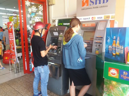 Chật vật rút tiền từ máy ATM ngày cận Tết