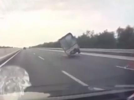 """Xe tải đang chạy tốc độ cao bất ngờ """"đánh võng"""", tông lan can rồi lật ngửa"""