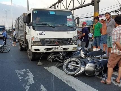 Xe tải tông 5 xe máy trên Quốc lộ 1 do chở quá tải gần 100%
