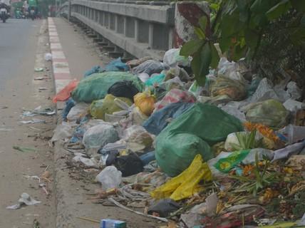 Rác thải chất đống ở chân cầu