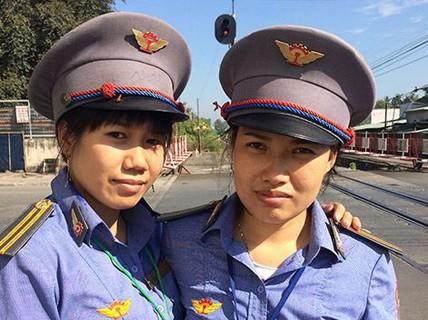 Lời kể của 2 nữ nhân viên đường sắt cứu cụ bà ngay trước bánh tàu hỏa