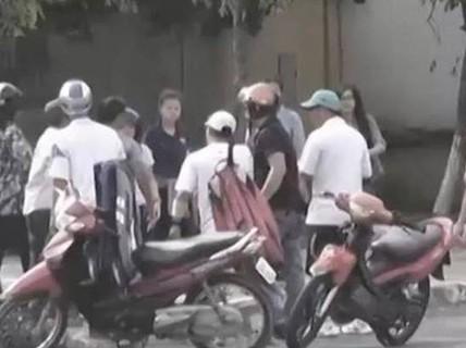 Camera tả rõ hình ảnh 2 nữ, 5 nam dàn cảnh làm liều ở Gò Vấp