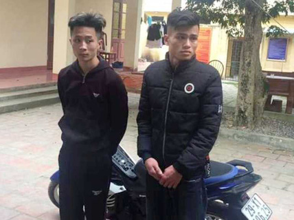 """2 thanh niên """"chơi ngông"""" châm ngòi ném pháo nổ vào cổng công an huyện"""
