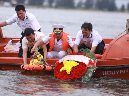 Mẹ già rơi nước mắt trong lễ tưởng niệm liệt sĩ Gạc Ma