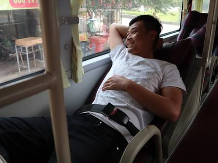 CSGT TP HCM phạt tài xế, nhắc nhở hành khách không cài dây an toàn