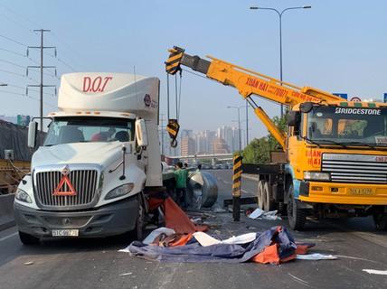 """Kinh hãi nhiều cuộn thép """"khủng"""" từ xe đầu kéo văng xuống xa lộ Hà Nội"""