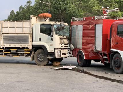 Đi dập lửa, xe cứu hỏa bị xe tải húc, chiến sĩ PCCC bị thương
