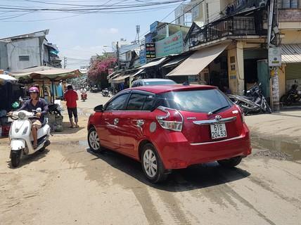 CLIP: Nữ tài xế đậu ôtô giữa đường để đi chợ gây bức xúc