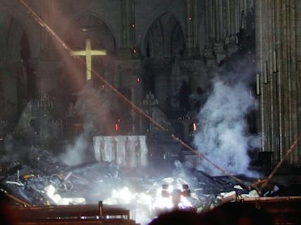 """Cháy Nhà thờ Đức Bà Paris: """"Biểu tượng hy vọng"""" giữa đống tro tàn"""