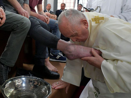 Giáo hoàng Francis rửa và hôn chân tù nhân