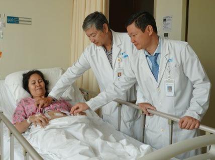 Ở nước ngoài tưởng đau dạ dày, qua Việt Nam lấy ra một mớ sỏi