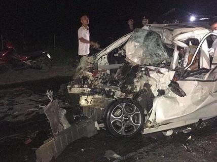 Va chạm kinh hoàng với xe tải, tài xế ôtô 4 chỗ tử vong ngay trên ghế lái
