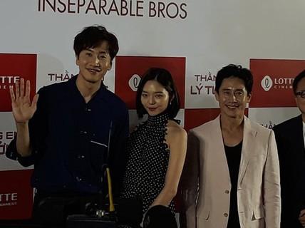"""""""Hươu cao cổ"""" Lee Kwang Soo rạng rỡ tại TP HCM"""