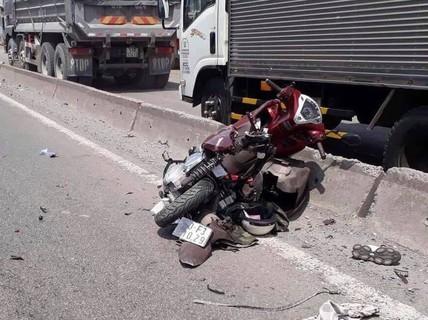 Xe máy vỡ vụn dưới bánh xe container, cô gái trẻ tử vong
