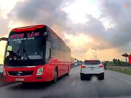 Xe khách giường nằm biển số Thanh Hóa phóng ầm ầm ngược chiều trên Quốc lộ 1
