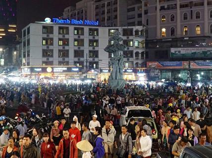 Biển người chen chân ở chợ đêm Đà Lạt dịp lễ 30-4