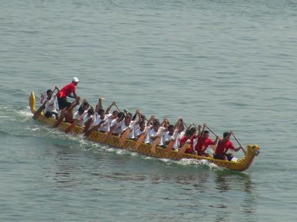 Hàng ngàn người dân nô nức xem đua thuyền trên sông Nhật Lệ