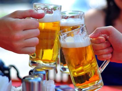 """Bia """"mát"""" hơn rượu: Chuyên gia WHO nói gì?"""