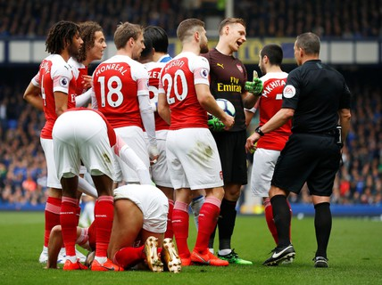 Ozil ném áo ngày Arsenal thua trận trên sân Everton