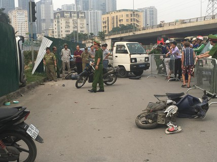 Ôtô tông hàng loạt xe máy dừng đèn đỏ do nữ tài xế đạp nhầm chân ga?