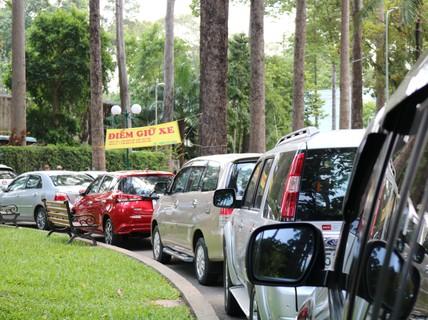 TP HCM: Lập hẳn bãi giữ ôtô tự phát trong công viên Tao Đàn và chặt chém?
