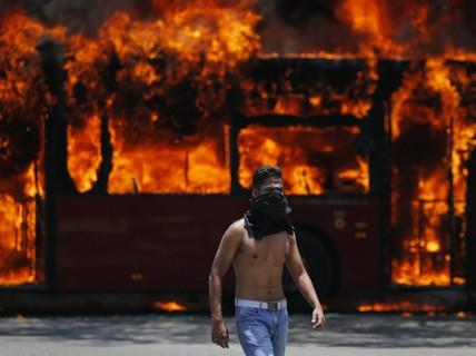 Venezuela: Bạo loạn bùng nổ, xe bọc thép được triển khai
