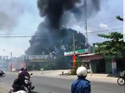 Long An: Cháy dữ dội vựa phế liệu cạnh cây xăng, 3 xe tải đã bị thiêu rụi