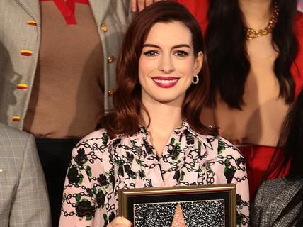 """""""Quý cô lừa đảo"""" Anne Hathaway sung sướng nhận sao"""