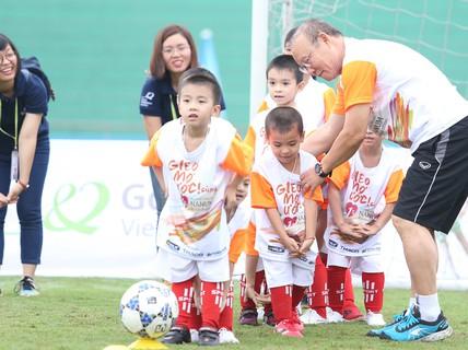 HLV Park Hang-seo gieo mơ ước cho cầu thủ nhí Việt Nam
