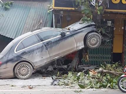 """Xế hộp Mercedes bất ngờ """"leo"""" lên cây bàng, tài xế bị thương"""