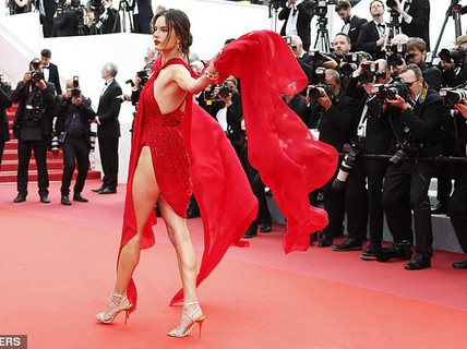 """Siêu mẫu """"đốt mắt"""" với đầm xẻ cao trên thảm đỏ"""