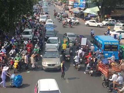 Nhiều người đi bộ vi phạm luật giao thông
