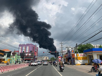 Sau 6 giờ ra sức dập lửa, đám cháy ở KCN Việt Hương cơ bản được khống chế